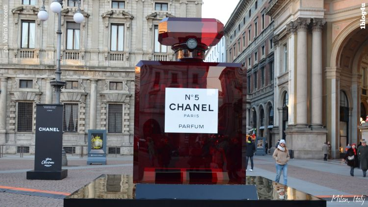 CHANEL N.5 lights up in red Milano's Piazza della Scala